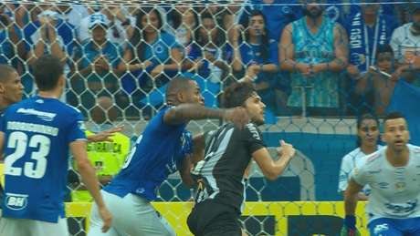 A imagem mostrou que Dedé puxou Igor Rabello comentendo pênalti, mas a jogada foi ignorada pelo VAR-Reprodução TV Globo