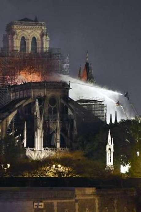 Catedral de Notre Dame será reconstruída, diz Macron