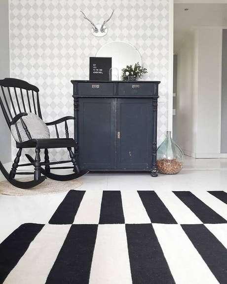 8. Decoração preto e branco com cadeira de balanço antiga pintada de preto – Foto: Váhá Goto