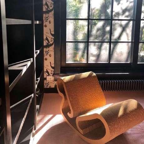 13. Invista em uma cadeira de balanço moderna para um ambiente com estilo contemporâneo – Foto: Charlotte Barnes Design