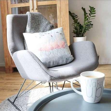 16. Modelo de cadeira de balanço moderna com estofado cinza e pernas de ferro – Foto: Anna