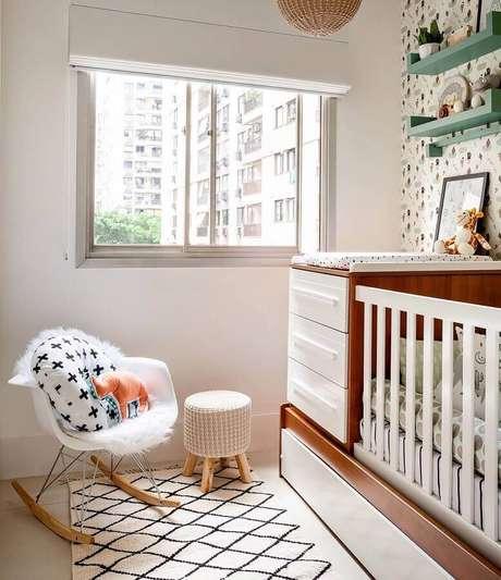 18. Decoração clean para quarto de bebê com cadeira de balanço eames e prateleira verde – Foto: Ester Monteiro Arquitetura