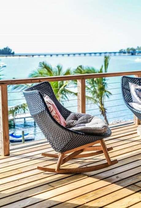 19. Cadeira de balanço para varanda de madeira – Foto: Neu dekoration stile