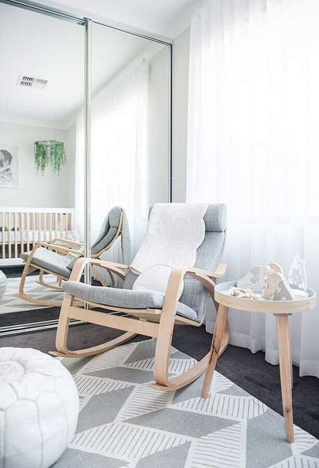 4. Decoração clean para quarto de bebê com cadeira de amamentação com balanço e puff para descanso dos pés – Foto: Baby Print Shoppe
