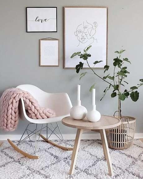 21. Decoração com cadeira de balanço eames e mesa redonda de madeira – Foto: Trine