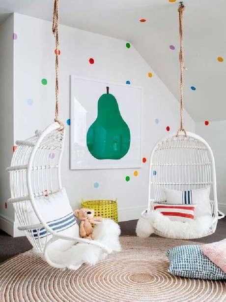 24. A cadeira de balanço suspensa também pode ser usada na decoração de quarto infantil – Foto: MiCasa