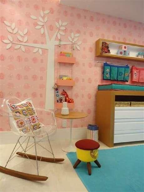 25. Decoração para quarto infantil com cadeira de balanço de acrílico – Foto: Fernanda Amorim