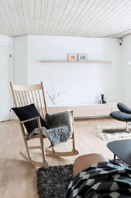 28. A cadeira de balanço de madeira combina com vários tipos de decoração – Foto: Neu dekoration stile