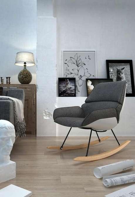 29. Cadeira de balanço moderna para decoração de sala cinza – Foto: Pinosy