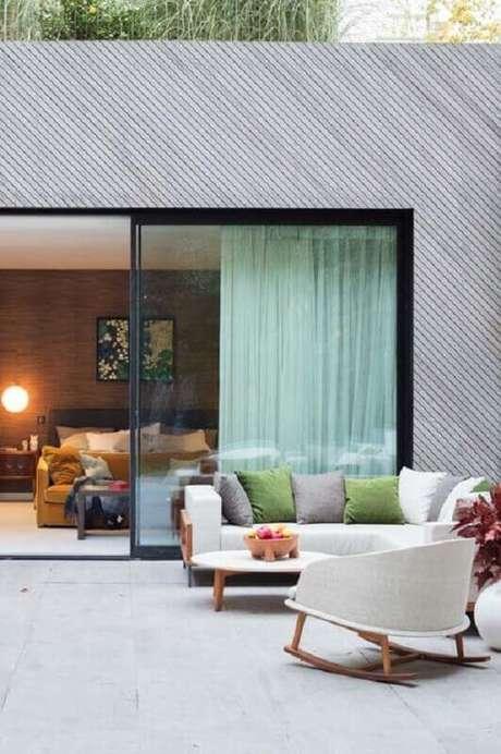 30. Decoração moderna para varanda ampla com cadeira de balanço moderna – Foto: Pinterest
