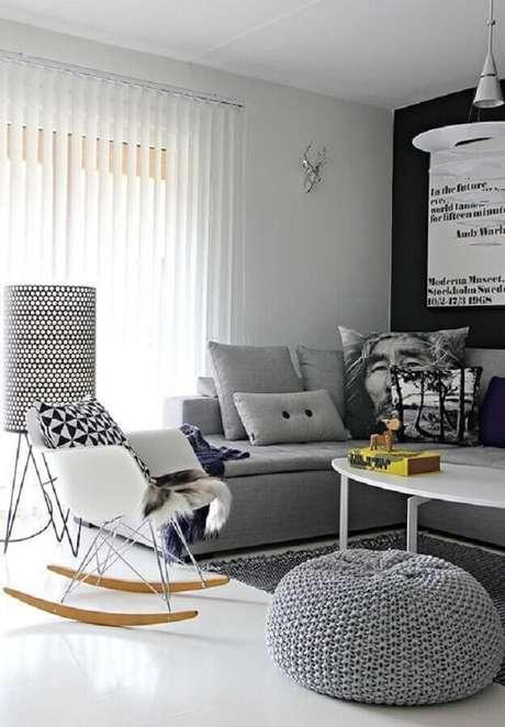 31. Decoração moderna para sala cinza com cadeira de balanço eames – Foto: Mad for Modern
