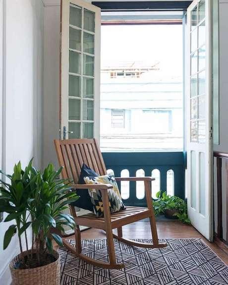 34. Decoração neutra com cadeira de balanço de madeira – Foto: Matú Arquitetura