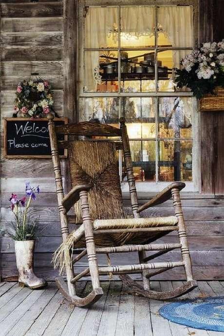 36. Decoração rústica com cadeira de balanço antiga para varanda – Foto: Viajante Clandestino