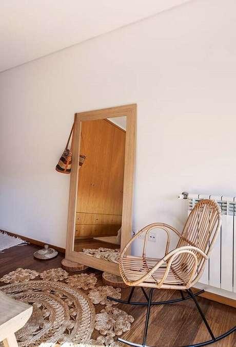39. Decoração simples com espelho apoiado na parede e cadeira de balanço de madeira – Foto: Neu dekoration stile