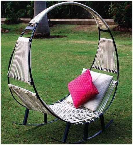 41. Jardim decorado com cadeira de balanço de ferro moderna – Foto: Air Freshener