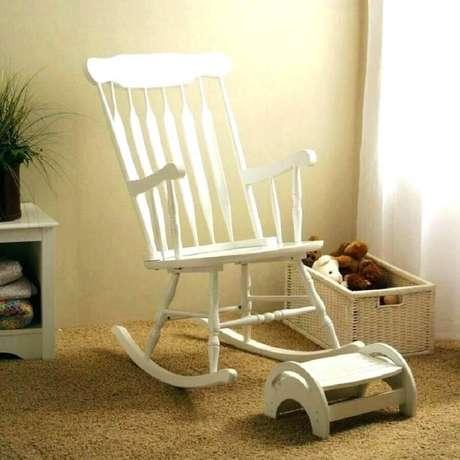 2. Modelo clássico de cadeira de balanço de madeira pintada de branco – Foto: Thesrch