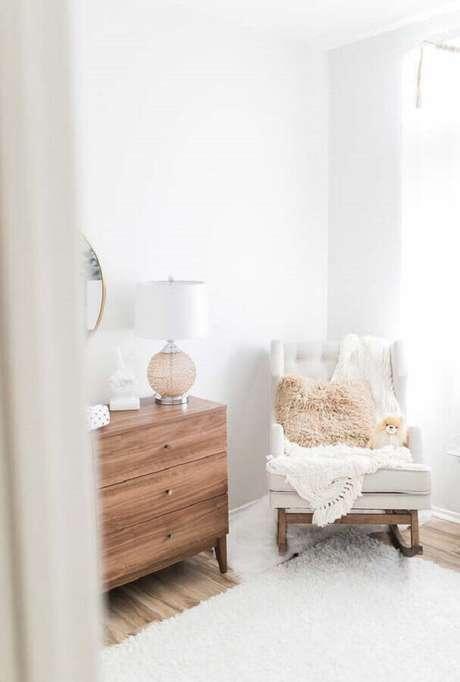 42. Modelo de cadeira de balanço confortável para quarto de bebê com cômoda de madeira – Foto: Noaki Jewelry