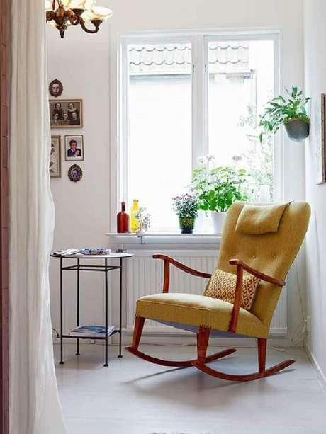 43. Decoração simples com cadeira de balanço de madeira com estofado amarelo – Foto: Ideas Casas