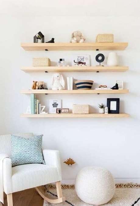 45. Cadeira de balanço moderna com estrutura de madeira – Foto: Pinterest