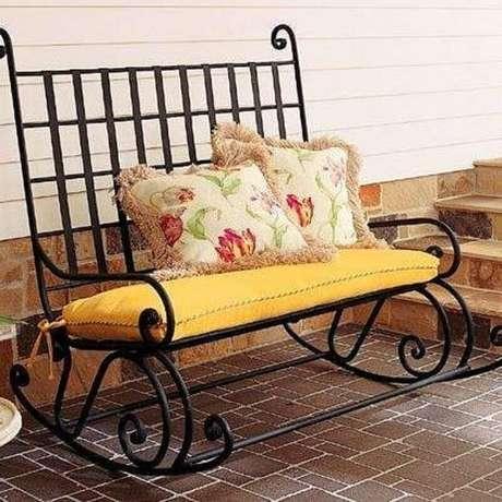 11. Modelo de cadeira de balanço dupla para uma decoração romântica – Foto: Zozu