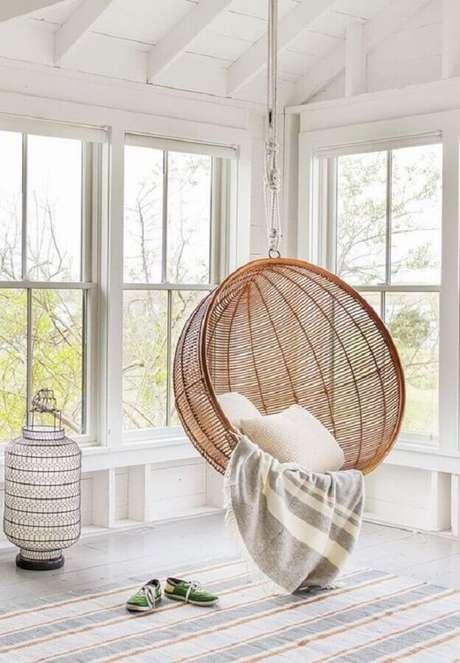 47. Cadeira de balanço suspensa redonda para decoração clean – Foto: Pinterest