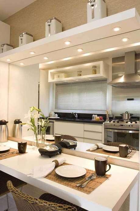 11- Os modelos de cortinas para cozinha podem ser persianas embutidas nos vãos das janelas. Fonte: Janaina Leibovitch