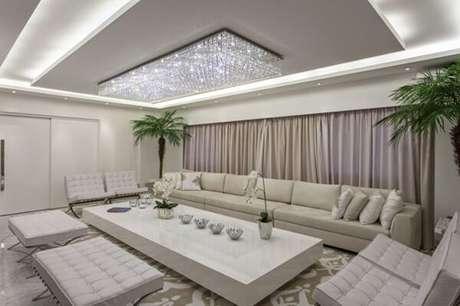 1- Os modelos de cortinas embutidas valorizam a decoração da sala de estar. Fonte: Iara Kílaris