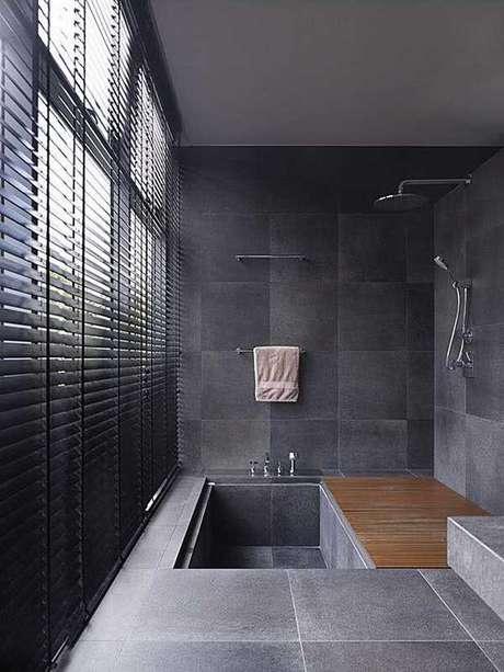 9- O modelo de cortina para banheiro pode ser do tipo persiana nas cores predominantes do ambiente. Fonte: Pinterest