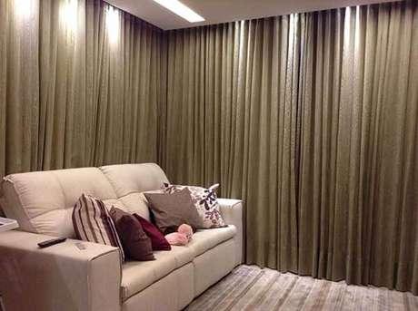 12- Os modelos de cortinas para sala de estar confeccionados em tecidos pesados bloqueiam a passagem de luz. Fonte: Viviane Amaral dos Santos