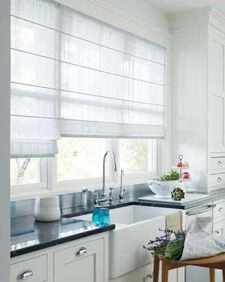 13- Os modelos de cortinas romanas são ótimas opções para cozinhas. Fonte: Pinterest
