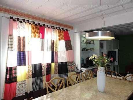 17- Os modelos de cortinas para ambientes modernos podem ser confeccionados com retalhos de tecidos coloridos. Fonte: Pinterest