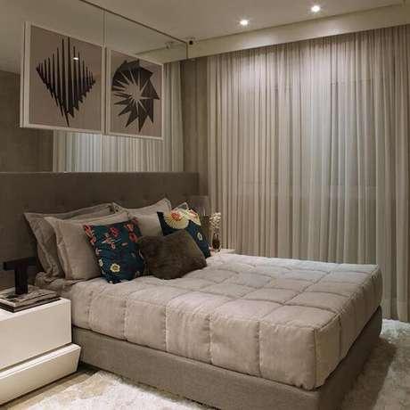 4- Os modelos de cortinas para quartos de casal em tons neutros deixam o ambiente elegante e aconchegante. Fonte: Chris Silveira