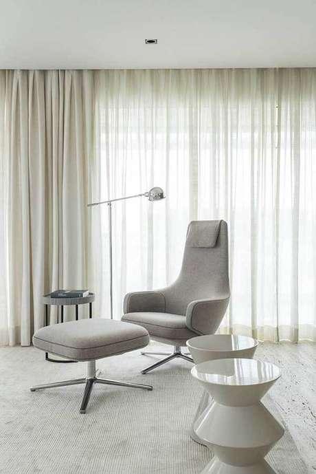 22- Os modelos de cortinas com tecidos claros e transparentes têm forros para dosar a luminosidade. Fonte: Triplex Arquitetura