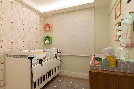 25- Os modelos de cortinas para quarto de bebê podem ser do tipo rolô em tom neutro. Fonte: Danyela Corrêa