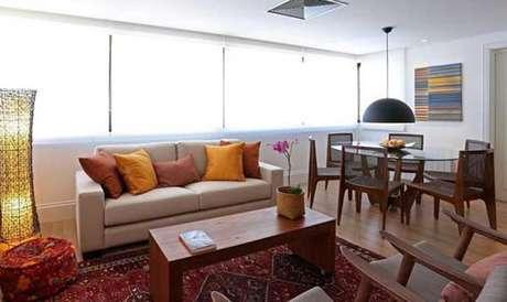 26- Os modelos de cortinas rolô na cor branca são discretos para salas de estar e jantar. Fonte: Fernanda Renner