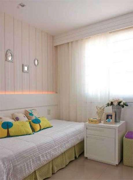 27- Os modelos de cortinas para quarto podem ter como forro uma outra cortina em rolô. Fonte: Pinterest