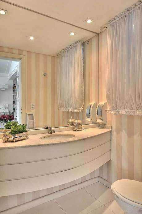 31- Os modelos de cortinas para lavabo podem ter varão na parte superior e no barrado. Fonte: Bender Arquitetura