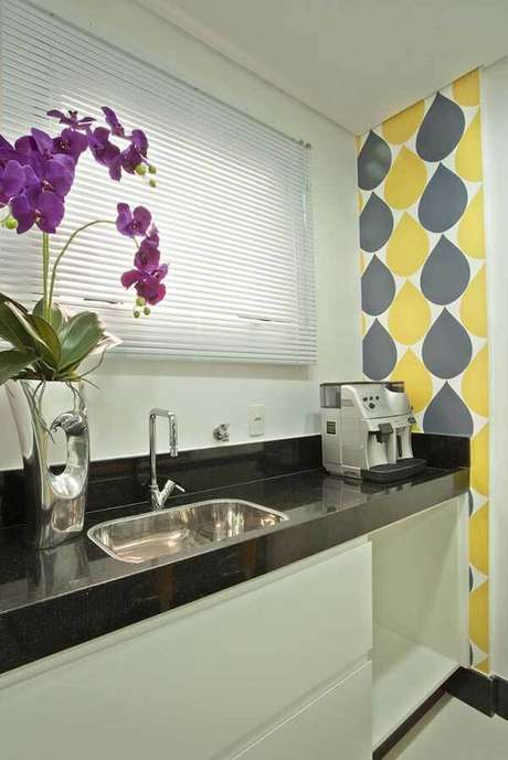 32- Os modelos de cortinas em persianas são ideais para decorar cozinhas em estilo moderno. Fonte: Iara Kílaris