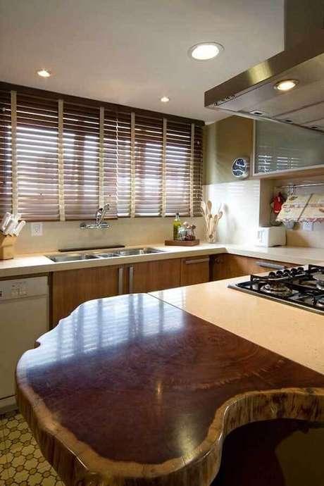 33- Os modelos de cortinas em persianas de madeira são ideais para combinar com os móveis da cozinha. Fonte: BPA Arquitetura