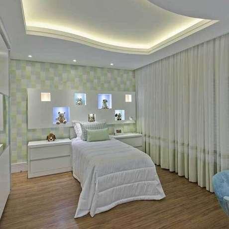 37- Os modelos de cortinas para quarto podem ter barrados na mesma cor do papel de parede. Fonte: Iara Kílaris