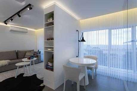 38- As persianas verticais são uma ótima opção para decorar salas de estar e de jantar. Fonte: Máira Ritter