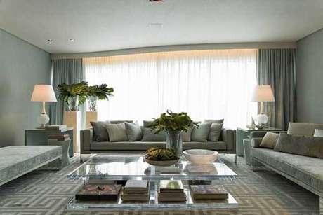 39- Os modelos de cortinas com tecidos grossos podem ter forro em voal para deixar passar a luminosidade. Fonte: Roberto Migotto