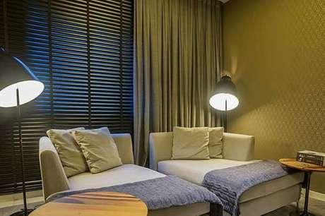 44- Os modelos de cortinas que combinam persianas e tecidos são excelentes opções para área de relaxamento. Fonte: Vinicius Alves