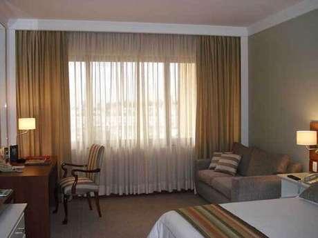 45- Os modelos de cortinas que combinam tecidos grossos e finos levam aconchego ao dormitório. Fonte: Rosangela Larcipretti