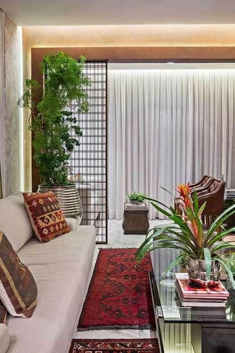48- Os modelos de cortinas com pregas em tecidos finos são ideais para decorar salas modernas. Fonte: Letícia Hammerschmidt
