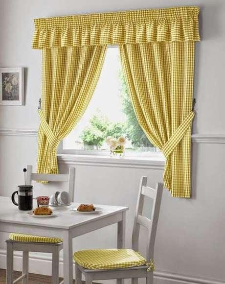 7- Os modelos de cortinas para cozinha podem ter os tecidos iguais a almofadas das cadeiras da mesa. Fonte: DcoreVocê