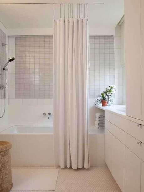 14- Os modelos de cortinas para área de banho podem ser pendurados em varões. Fonte: Pinterest