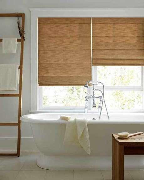57- O padrão dos modelos de cortinas para banheiros em estilo romana devem acompanhar os acessórios do ambiente. Fonte: Pinterest