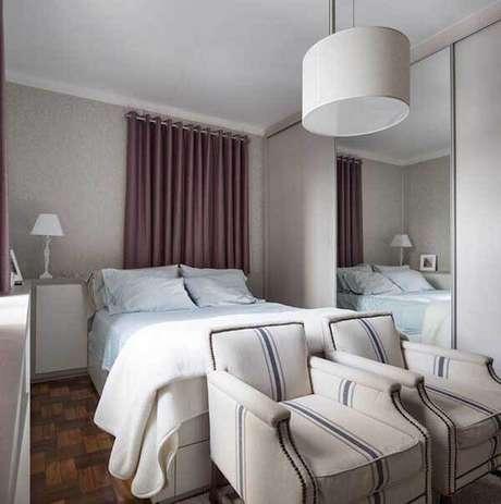 64- Os modelos de cortinas para quartos podem ter a cor de destaque no ambiente. Fonte: Kali Arquitetura