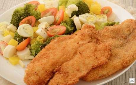Peixe empanado com salada é uma receita simples e perfeita para a Sexta-feira Santa